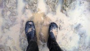 saappaat mudassa