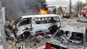 Pommi-iskun aiheuttamaa tuhoa Jemenin Adenissa.