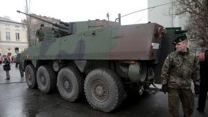 rosomak-vaunu ja puolainen sotilas