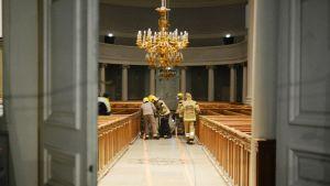 Pelastuslaitos kuivasi tammikuussa Tuomiokirkon salia Helsingissä.