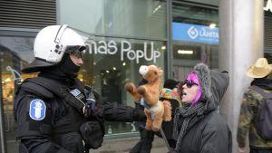 Kymmenkunta keppihevosilla ratsastanutta vastamielenosoittajaa tuli Rajat kiinni -mielenosoitukseen Helsingin Narinkkatorille.