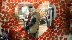 Pariskunta kaupassa kuvattu sydäntarrojen läpi.