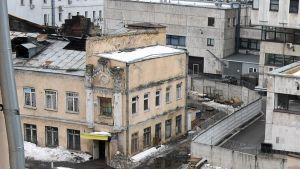 Palomiehet ja tutkijat työskentelevät palopaikalla Moskovassa.