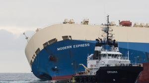 Kallistunut rahtilaiva ja pienempi pelastusalus Biskajanlahdella.
