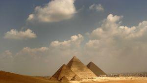 Näkymä Gizan pyramideista keskipäivän valossa.