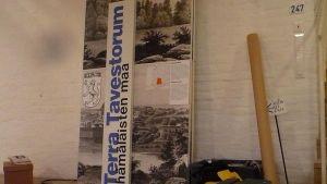 Terra Tavestorum esihistorian näyttely Hämeen linnassa, purettu nimikyltti ja esittelytaulu