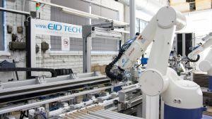 Robotti Valtavalon tehtaalla Kajaanissa.