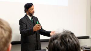 Itä-Suomen yliopiston kunniaprofessori Rajenda Pachauri luennoi yliopstolla.