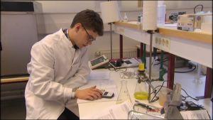Sampo Latvakangas tekee laboratorioharjoitusta.