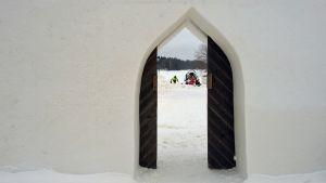 Lumimiilun sisäänkäynti.