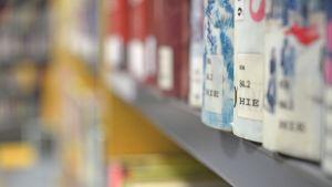 Kirjaston kirjoja hyllyssä.