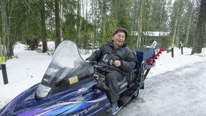 Mikko Vainio lähdössä moottorikelkalla verkoille.
