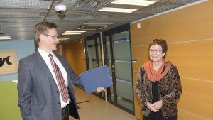 Sähkönsiirrosta vastaavan energiayhtiö Carunan toimitusjohtaja Ari Koponen (vas.) ja kuluttaja-asiamies Päivi Hentunen tapasivat Kilpailu- ja kuluttajavirastossa Helsingissä 5. helmikuuta.