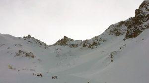 Pelastustyöntekijät saapuivat etsimään lumivyöryn alle jääneitä ihmisiä Itävallassa 6. helmikuuta.