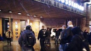 Soldiers of Odin -ryhmän jäseniä Helsingin Rautatieasemalla illalla 6. helmikuuta.