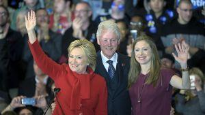 Hillary, Bill ja Chelsea Clinton Iowassa 1. helmikuuta.