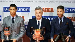 Cristiano Ronaldo (vas.),  valmentaja Carlo Ancelotti ja Realin Sergio Ramos (oik.)