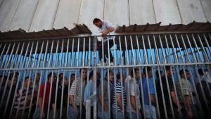 Palestiinalaistyöntekijä Israelin ja Länsirannan välisellä rajalla vuonna 2012.