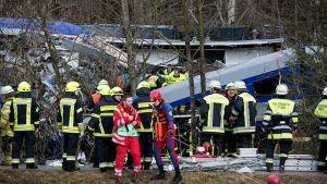 Pelastustyöntekijöitä onnettomuuspaikalla Bad Aiblingissa.