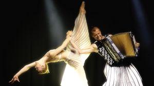 Minna Tervamäki ja Kimmo Pohjonen Bright Shadow-esityksessä.