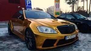 Arabiprinssin kullanvärinen Mercedes-Benz parkkeerattuna Oulussa mustan Saabin viereen Hiirosessa.
