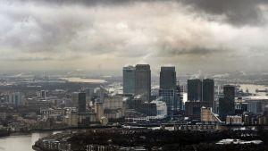 Ilmakuva sateisesta Lontoon kaupunginosasta.