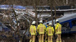 Palomiehiä junaturman tapahtumapaikalla Bad Aiblingissä 10. helmikuuta.