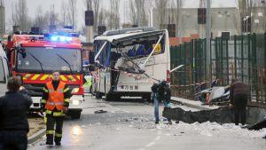 Liikenneonnettomuudessa tuhoutunut linja-auto Ranskassa.