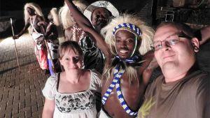 Kuvassa Niina Prittinen ja Ukko Liikkanen afrikkalaisten esiintyjien kanssa.