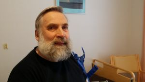 Juha Mieto istuu kyynärsauvat vierellään