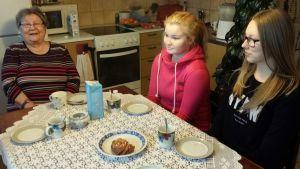 Anja Tirkkosen luona vierailemassa Minttu Lavikka ja Inka Hasanen.