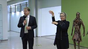 Viittomakielisten juhlassa Pekka Sauri tulkin kanssa.