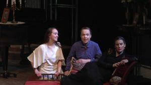 Tsehovin näytelmän kolmea sisarta esittävät Malla Ylijurva (Irina), Helka Periaho (Olga) ja Eeva Hautala (Maša).