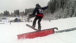 Lumilautailija slopestyle-kisassa Jyväskylän Laajavuoressa.