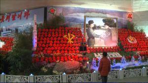 Kuvassa punaisia kukkia Kim Jong-ilin muistoksi järjestetyssä näyttelyssä.