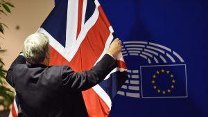 Britannian lippua asetellaan paikalleen Euroopan parlamentissa Brysselissä.