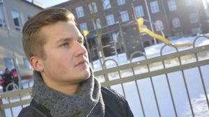 Joona Vepsäläinen koulun edustalla.