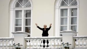 Vastavalittu presidentti tervehtii kansaa presidentinpalatsin parvekkeelta valintansa jälkeen kesällä 2009.