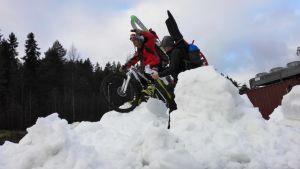 Lumipyöräilyä.