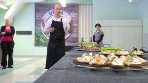 Ilkka Arvola esittelee ruokatehtaassa valmistettavia tuotteita.