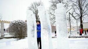 Riitta Matikainen työstää teostaan jäänveiston SM-kisoissa Varkaudessa.