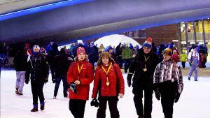 Yleisöä Lahden hiihtostadionilla.