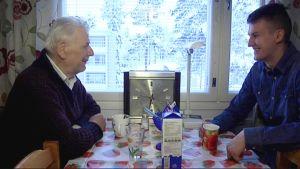 Sosiaalinen isännöitsijä kahvittelee asiakkaansa kanssa.