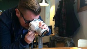 Ruokabloggaaja Jani Kinnunen ottaa valokuvan ruoka-annoksesta