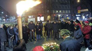 Ihmisiä kokoontui Olof Palmen murhapaikalle helmikuun 28. päivä vuonna 2011. Palmen murhan vuosipäivä.