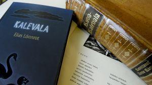 Ensimmäinen runo ja Kalevala kirjoja.