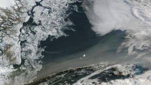 Savua ja jäätä satelliittikuvassa.