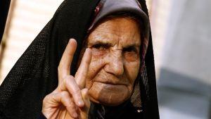 Iranilainen nainen äänestyspaikalla Teheranissa perjantaina.