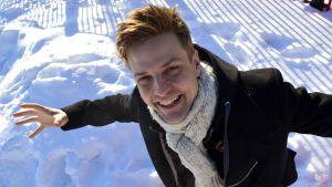 Mikael Saari lumihangessa.