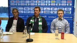 Jukka Silén (vasemmalla), Jyrki Lindström ja Jasse Mertaranta KTP-Basketin tiedotustilaisuudessa